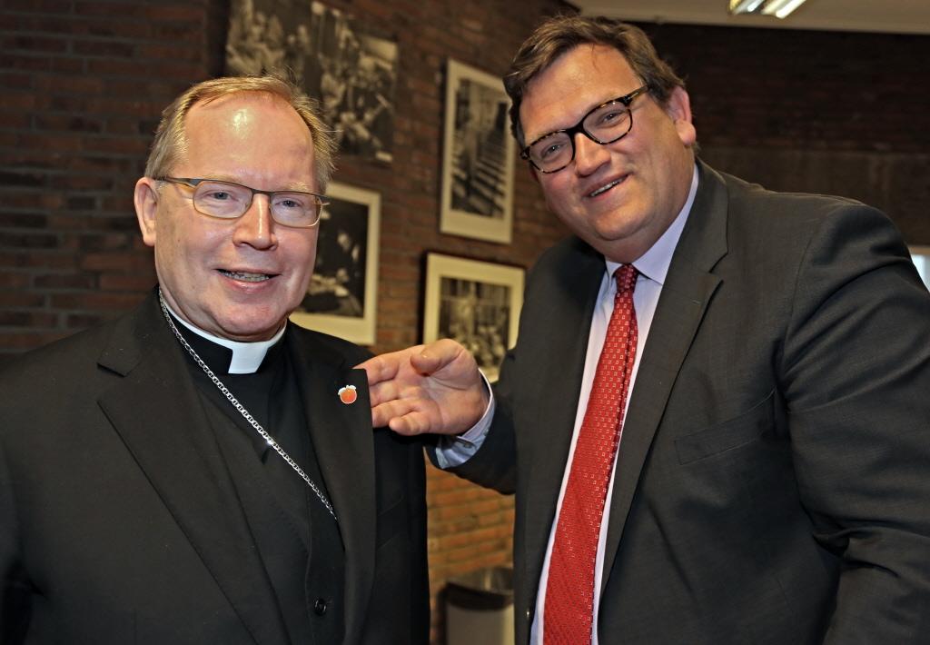 Sjuul Paradijs met aartsbisschop Eijk.