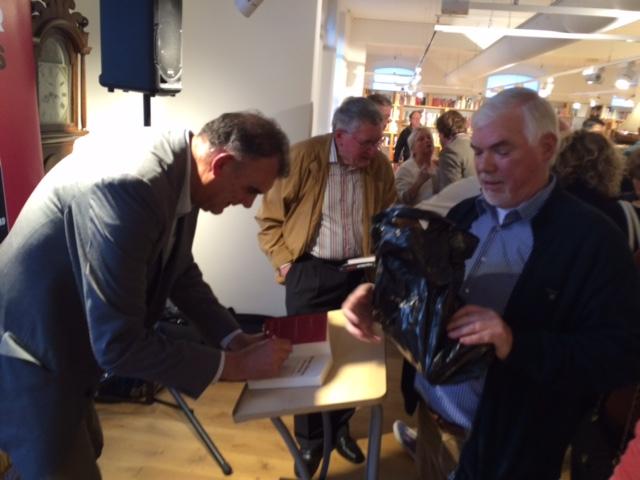 Rob Hoogland signeert in boekhandel Scheltema. Rechts voormalig rechtbankverslaggever Fred Soeteman.