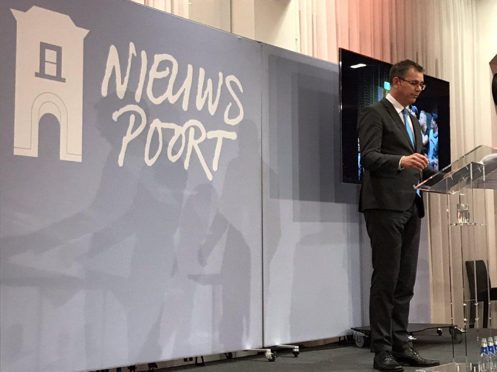 Hans Anker sprak de Kees Lunshoflezing uit in Nieuwspoort.