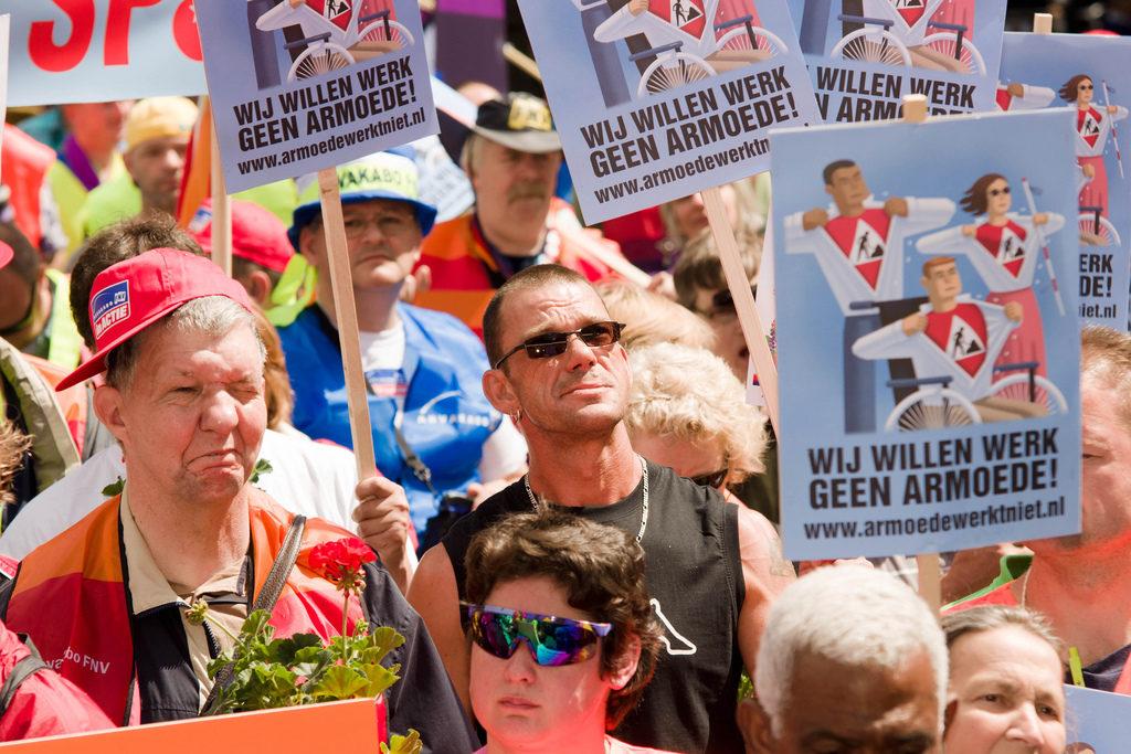 Foto: SP/Flickr Enkele honderden mensen demonstreren op 't Plein tegen de bezuinigingen op de sociale werkplaats. Meer informatie www.armoedewerktniet.nl